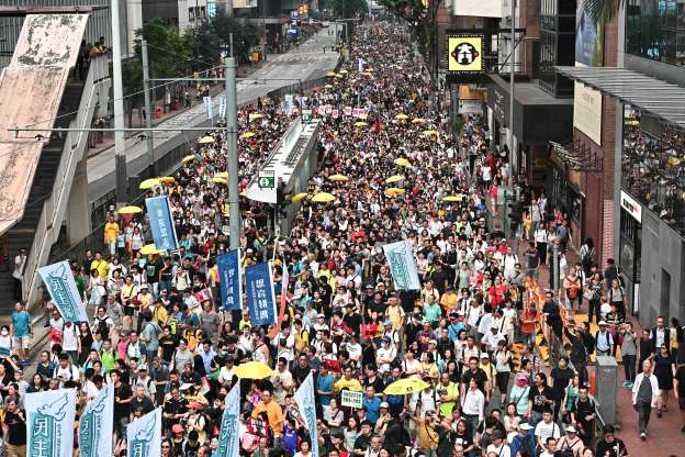 Tens of thousands paralyze Hong Kong's financial hub over extradition bill