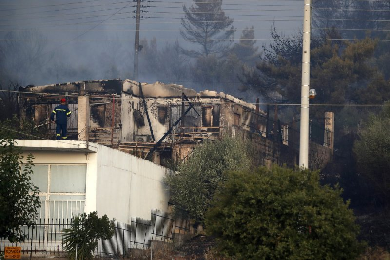Authorities Order Evacuations as a Large Fire Spreads in Athens Suburb / Large Fire East of Athens Appears to Be Under Control