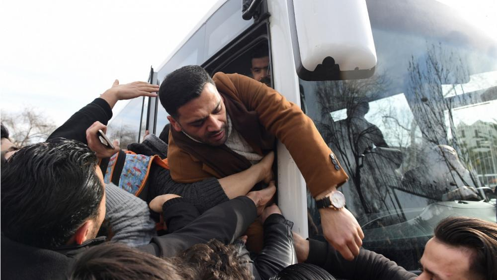 Turkish mayor arranges free bus services for refugees to the border with Greece