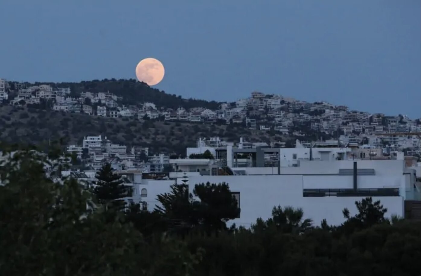 "See images of the impressive ""Strawberry Moon"" in Greece"