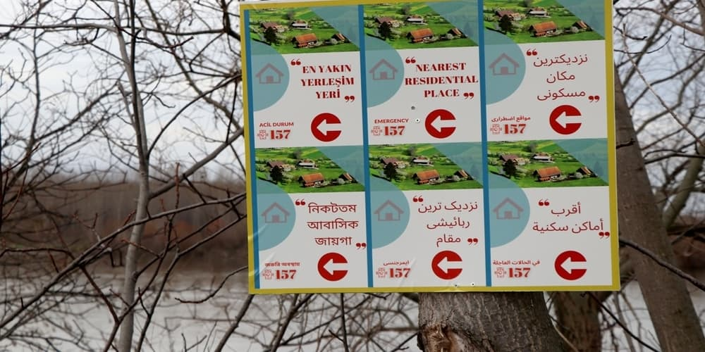 Turkey erects signs in 6 languages on the Greek-Turkish border to guide the illegal immigrants